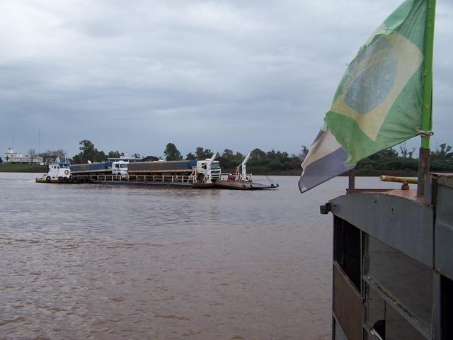 Travessia da balsa sobre o rio Uruguai ligando Itaqui a Alvear, na Argentina