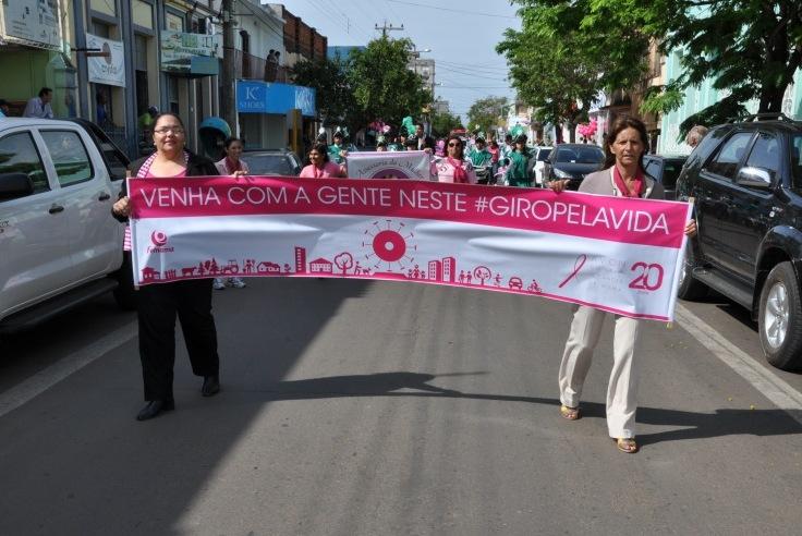 Ivete (E) puxa a caminhada em 2013