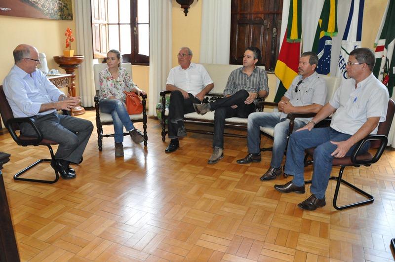 Da esq. para a dir.: Gil, Bruna, Isaac, Maximiliano, Edison e Marcos durante a reunião