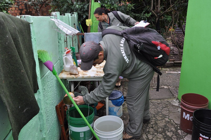 Agentes de endemias durante visita a uma residência