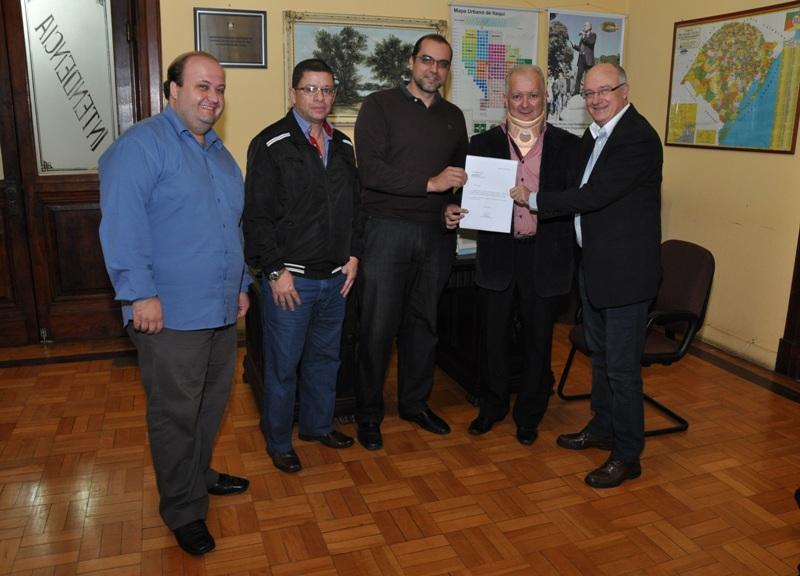 Da esq. para a dir.: Ricardo, Marcos, Elian, Sandro e Gil com o ofício do gabinete do deputado Stédile