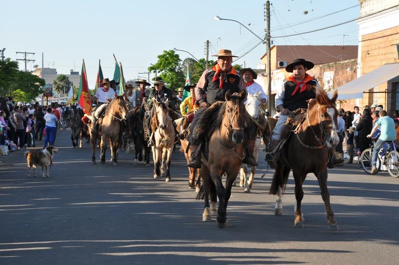Cavalarianos chegam ao Parcão para o início da cerimônia de abertura da Semana Farroupilha 2015