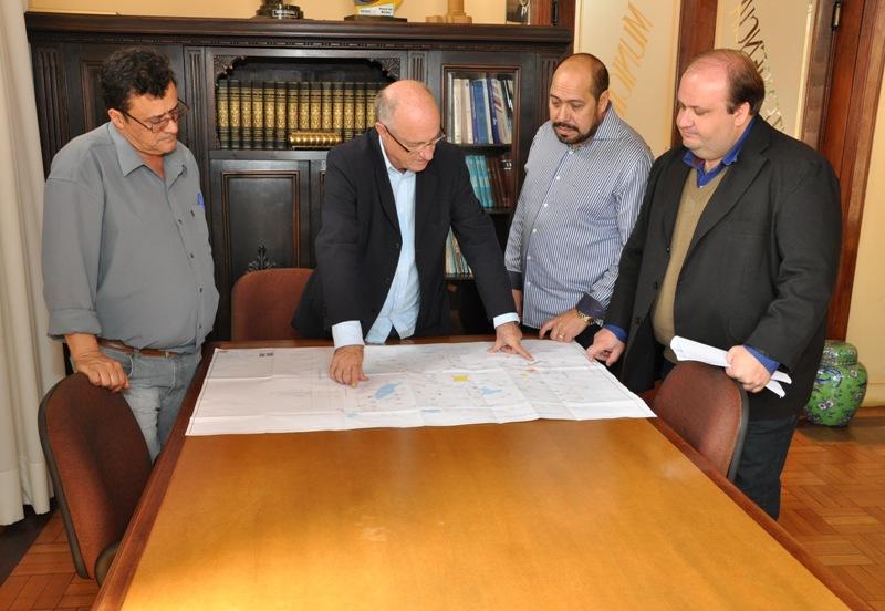Da esq. para a dir.: Hildebrando, Gil, Celso e Ricardo observam o projeto arquitetônico