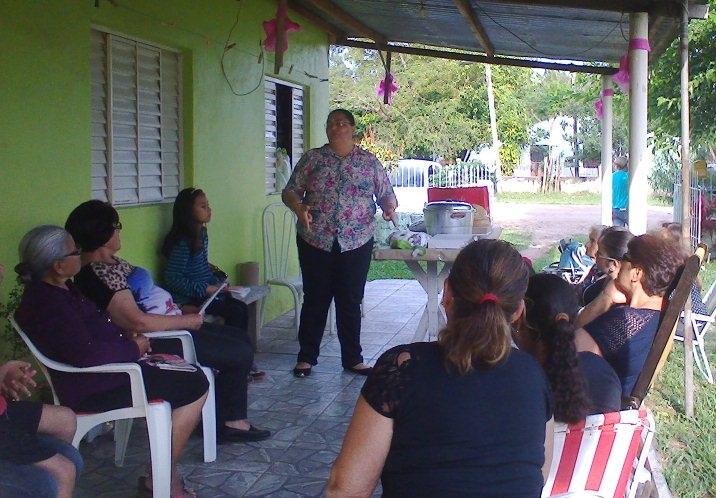 Ivete Piffero conversa com moradoras do bairro Cafifas sobre a importância da prevenção e do diagnóstico precoce do câncer de mama e de colo do útero
