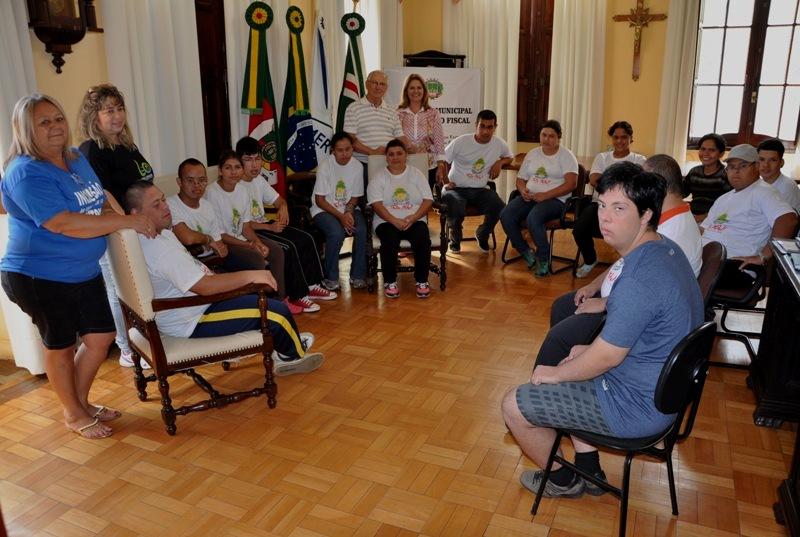 Alunos das turmas de Preparação para o Trabalho posam para foto no gabinete do prefeito
