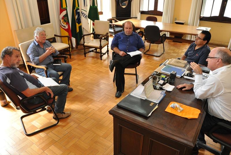 Da esq. para a dir.: Fernando, Dalge, Ricardo, Gilmar e prefeito Gil