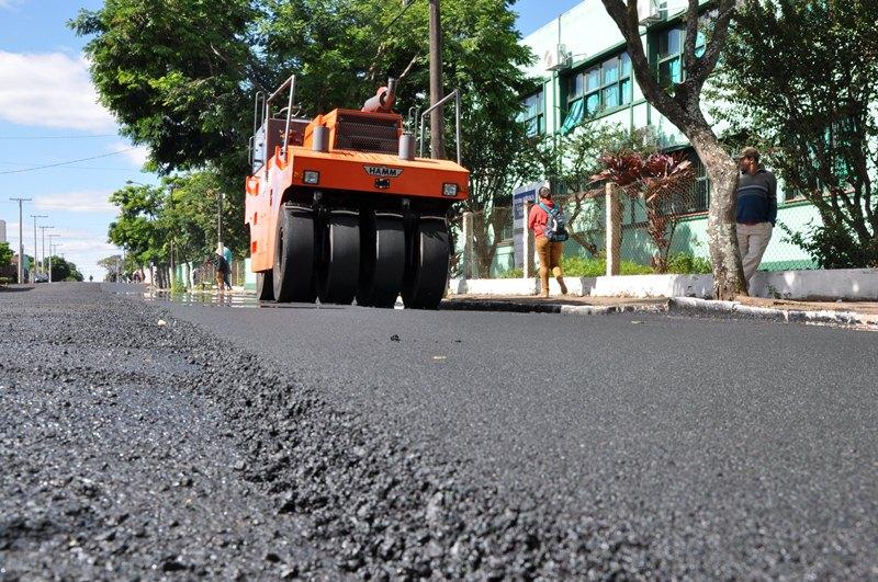 Camada de seis centímetros de asfalto é colocada na Rua Tiradentes, em frente ao Colégio São Patrício