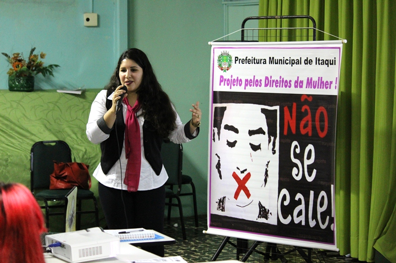 Niajara conversa com os alunos no Colégio São Patrício