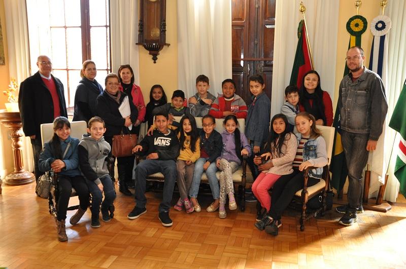 Gurizada posa para foto no gabinete do prefeito