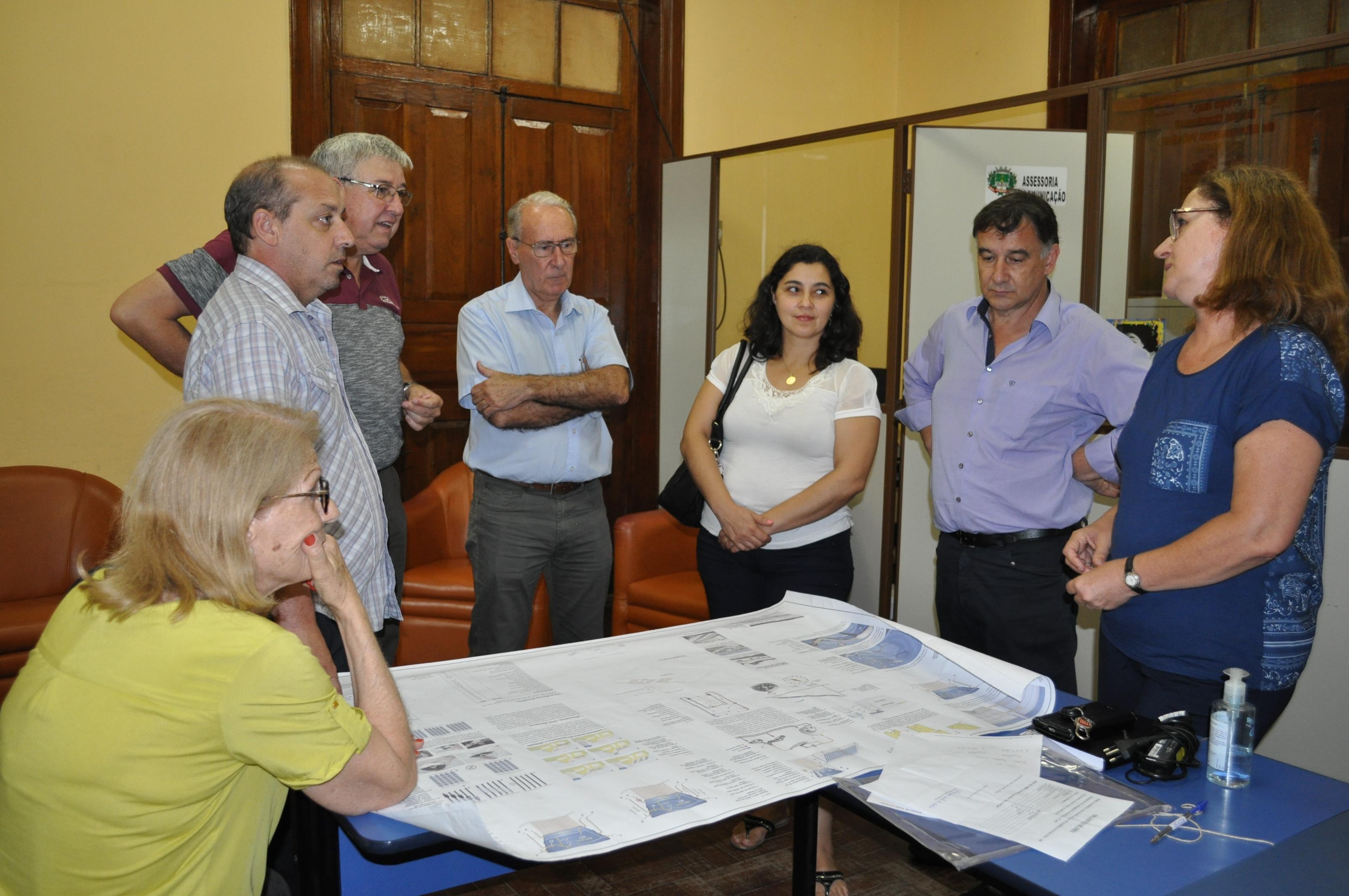 Simone Silva Sanchotene apresentando projeto de sustentabilidade para Escola Otávio Silveira.