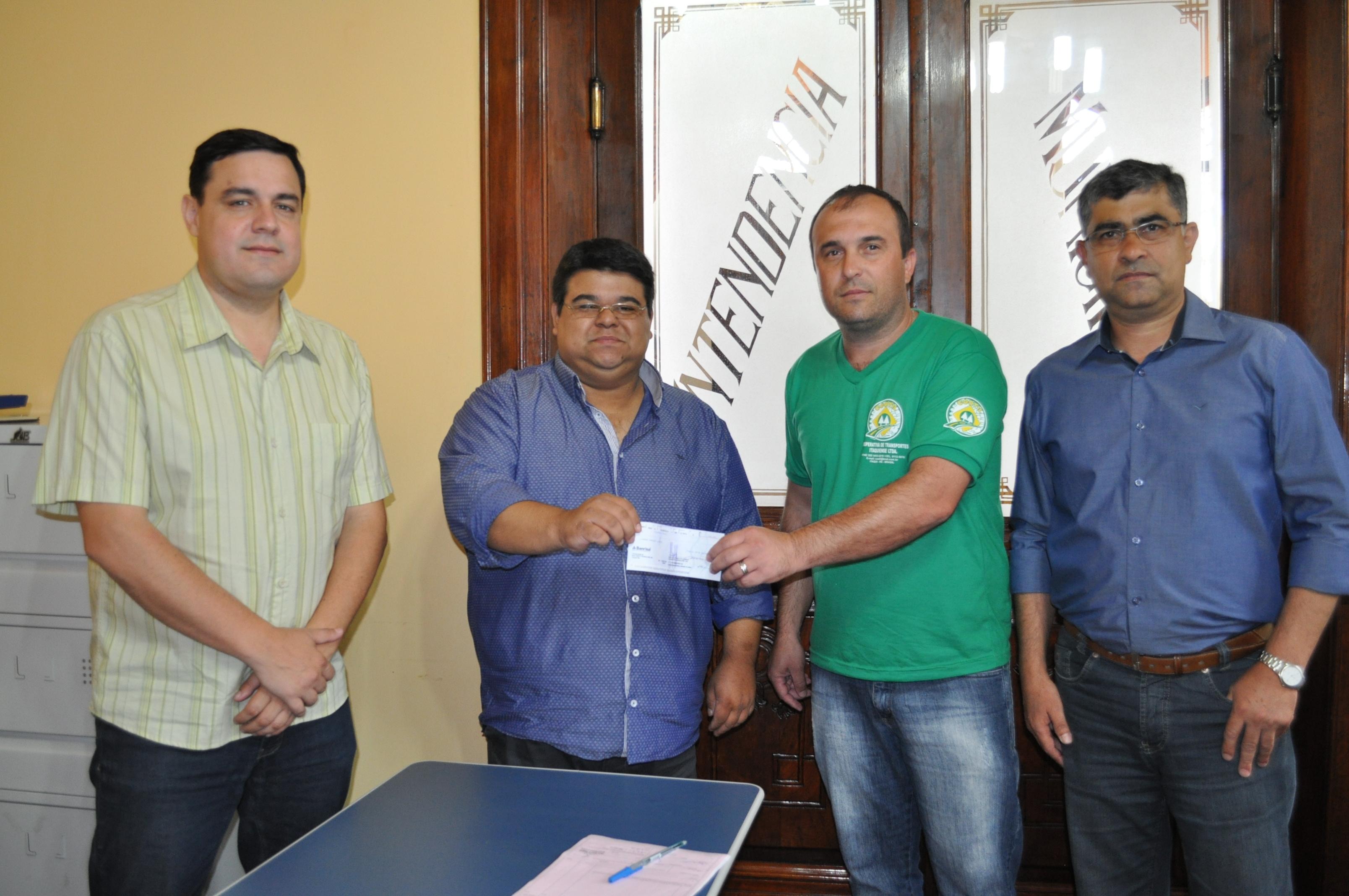 Secretário da fazenda cesar Sena entregando o prêmio do Nota Fsical Gaúcha para o contribuinte Leandro Marques Lunardi