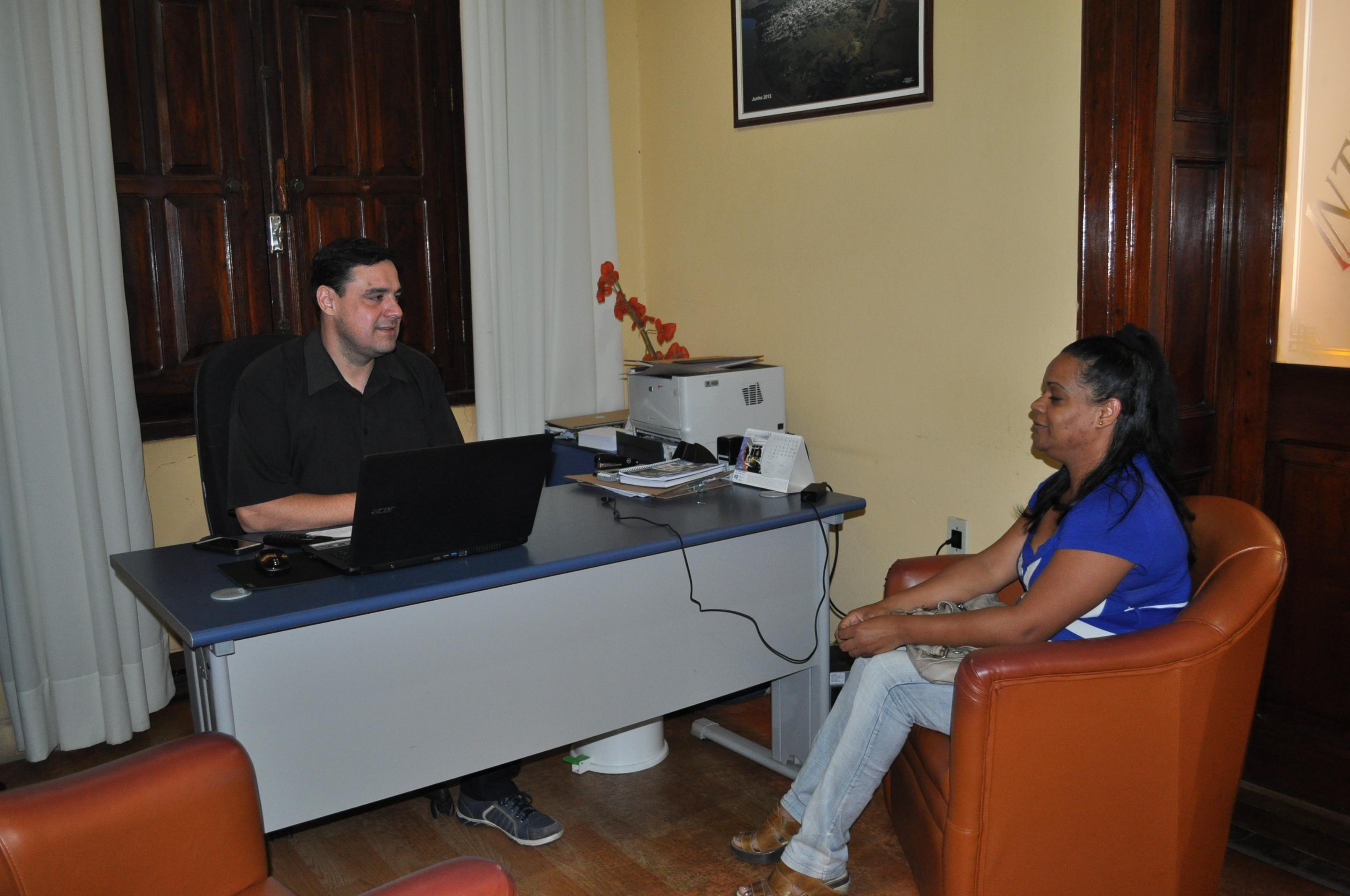 Dra. Dalila Muchuly em conversa com o Chefe de Gabinete Roberto Zacouteguy.