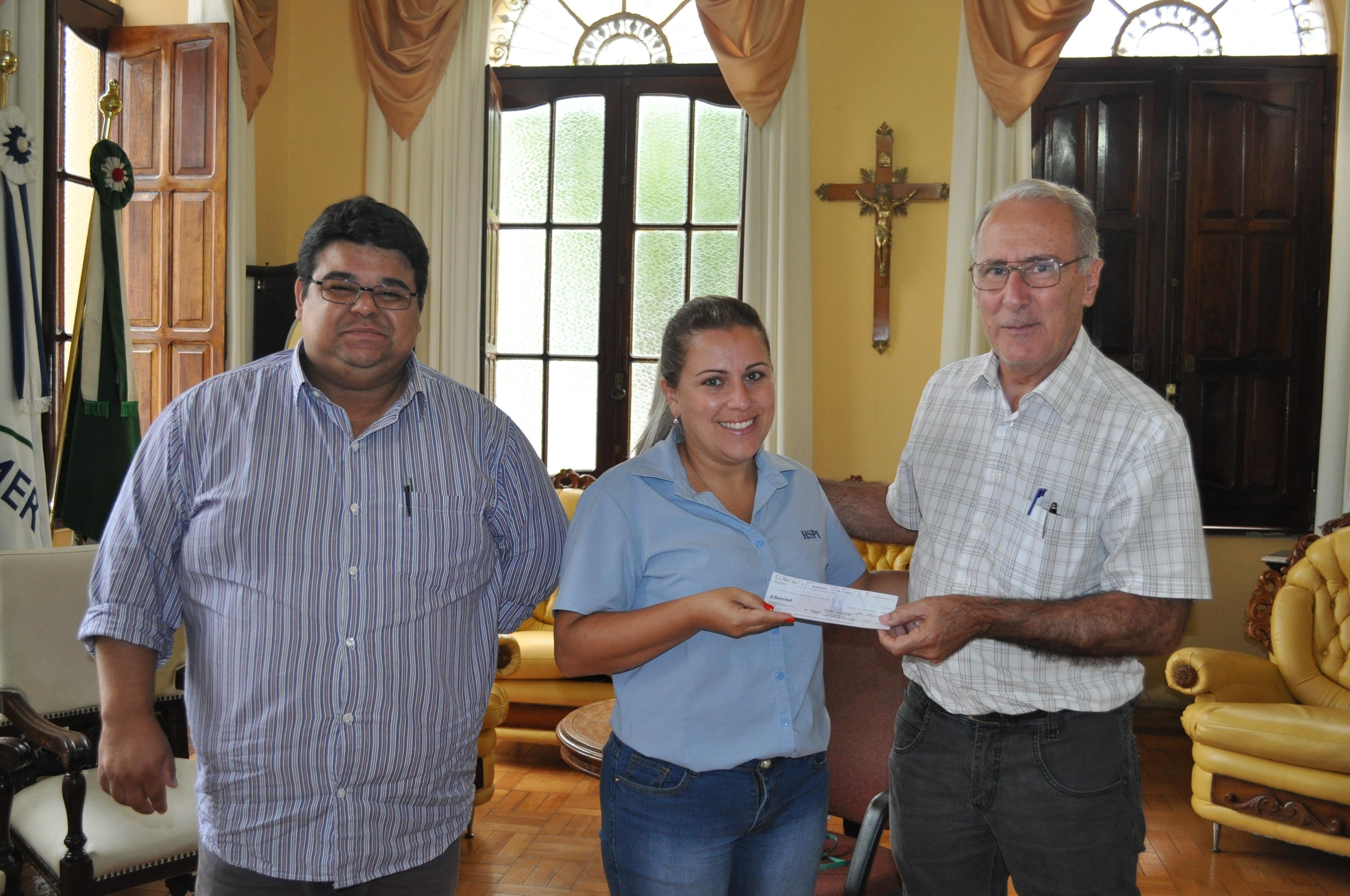 Sorteada no mês de Dezembro Cynthia recebeu o cheque do Prefeito Jarbas do Sec. da Fazenda Cesar Sena.