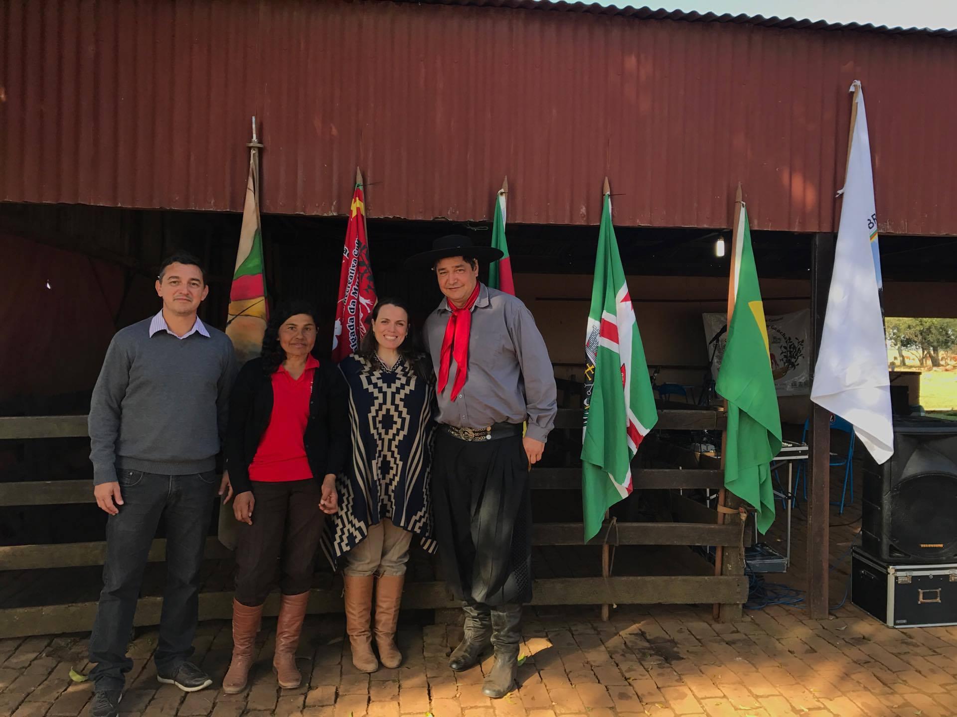 Secretário Henrique com o casal anfitrião Ortêncio e Luciana Brandle e a Patroa Mara Tuparai