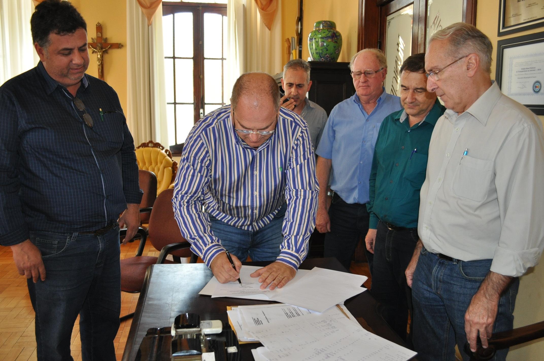 Assinatura de contrato com o diretor comercial da Iccila na manhã de hoje