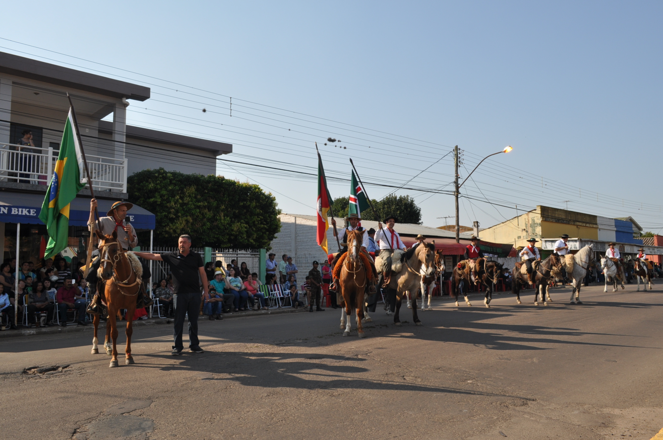 Cavalarianos representam o grupo dos 8 na abertura do desfile de ontem