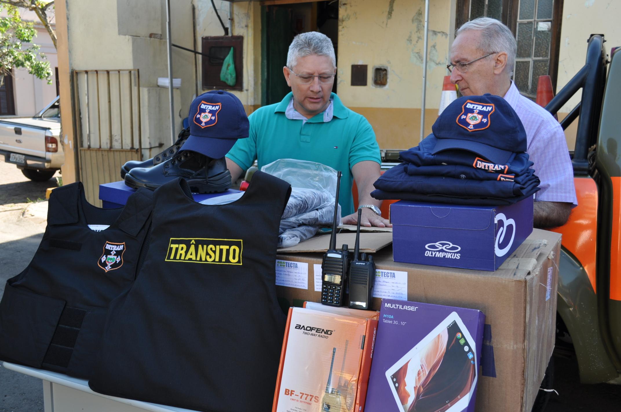 Prefeito faz a entrega dos equipamentos ao Chefe da Divisão de Trânsito
