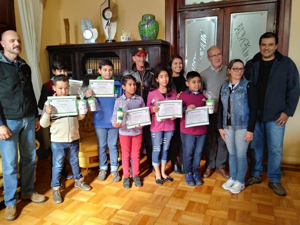 Alunos dos três educandários recebem certificados