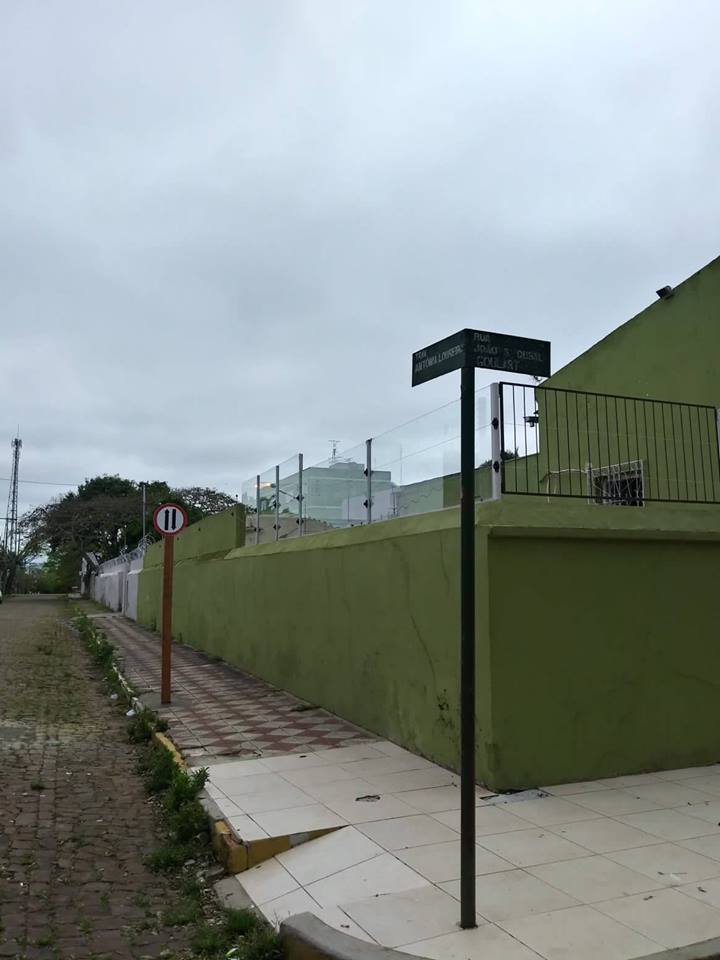 Estacionamento somente do lado direito da via, a partir da rua João Sisnando Dubal Goulart.