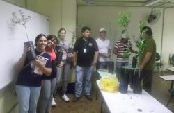 Juan e Elves (4� e 5�, da esq. pra dir.) posam entre os alunos durante a aula pr�tica do curso de Agronomia