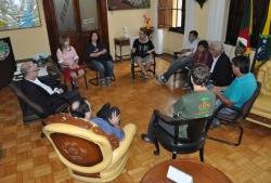 Autoridades se reúnem no gabinete do prefeito