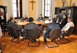 Autoridades reunidas no gabinete do prefeito traçam um plano de ação para enfrentar mais uma cheia do rio Uruguai