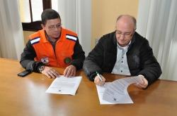 Ao lado do coordenador da Defesa Civil, Marcos dos Santos, prefeito Gil assina o decreto de situação de emergência
