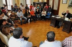 Prefeito (sentado à mesa) conversa com os servidores dos educandários e demais presentes na reunião