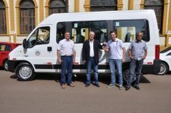 Da esq. para a dir.: José Antônio, Gil, Leonardo e Edson posam em frente à van no momento da entrega da chave do veículo
