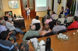 Prefeito, secretários e assessores acompanham a explanação da secretária da Fazenda, Sandra Krahn