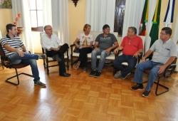 Da esq. para a dir.: Leonardo, prefeito Gil, Ilca, Maykol, Vicente e Marcos