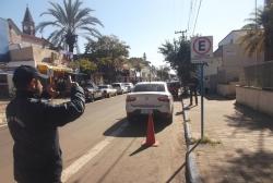 Agente de trânsito utiliza o TEM durante fiscalização