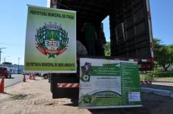 Caminhão de coleta do lixo eletrônico identificado com banners da Secretaria do Meio Ambiente e da empresa responsável pelo serviço