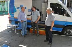 Prefeito Gil (E) conversa com técnico do Sebrae/RS durante atendimento da unidade móvel no município em 2013. À direita, o chefe de gabinete Daltro Bernardes