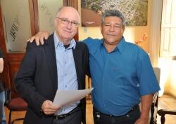 Prefeito Gil (E) e o agora servidor aposentado, Aldo Batista, posam para foto
