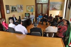 Autoridades e carnavalescos durante a reunião realizada no gabinete do prefeito no final da manhã desta quinta, 20