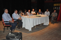 Componentes da mesa de trabalho atentos à manifestação da vereadora Gislaine, coordenadora da audiência