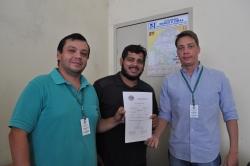 Veterinários da Secretaria de Agricultura entregam certificado de inspeção ao empresário Marcelo Tedesco