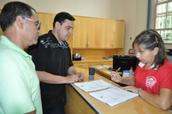 Chefe de Gabinete Roberto Zacouteguy, e o agente administrativo Jucelino Carvalho fazendo a entrega do Projeto na secretaria da Câmara de Vereadores de Itaqui.