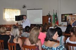 Palestrante Nilton Mançoni falando sobre a motivação dentro da escola.