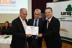 Prefeito recebendo certificado de participação do Conselheiro Marco Peixoto - Presidente do TCE RS
