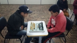 Disputa entre alunos no torneio de xadrez.