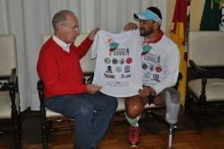 Prefeito recebe camiseta do Projeto de divulgação do atleta