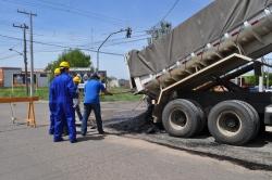 Primeira carga deu início ao recapeamento na rua Borges de Medeiros em frente a Escola Tito Correa Lopes