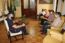Prefeito Leonardo (E) conversando com a nova direção do campus Itaqui