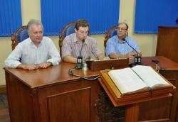 Secret�rio Leonardo presta contas entre os vereadores Sandro Veiga (E) e �ber Escobar
