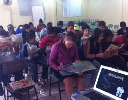 Alunos leem material informativo distribu�do pela ESF Vila Nova