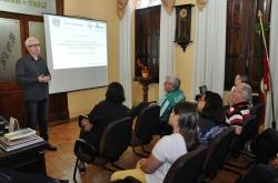 Coordenador do GEOItaqui, professor doutor Sidnei Luís Bohn Gass (em pé) apresenta os resultados do projeto