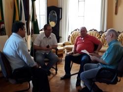 o Assessor Valdir Kiria oficializando ao Prefeito o emepnho de R$ 25 mil para aquisição de consulório odontológico