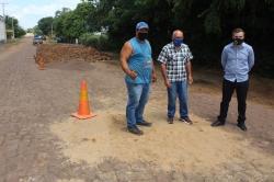 O prefeito Leonardo Betin foi até a rua Luizinha Aranha na manhã desta quarta-feira (24/02) acompanhar de perto o trabalho.